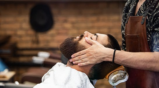 Sesión de corte de cabello y afeitado de barba